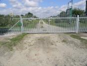 brama przesuwana z profila po łuku z zageszczeniem